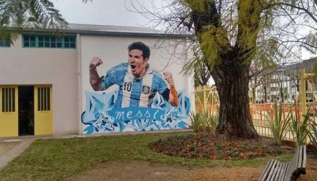 Malowidło Leo na szkole w Rosario