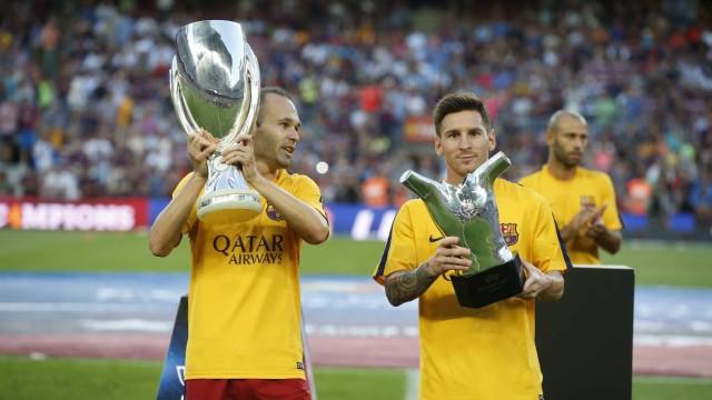Piłkarze zaprezentowali Superpuchar i nagrodę Leo
