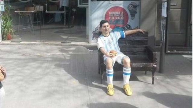Rzeźba Messiego z hamburgerem