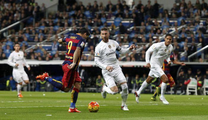 36 podań przed bramką Suareza