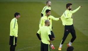 Barcelona's Lionel Messi, Barcelona's Luis Suarez and Gerard Pique attend a  training session at the Parc des Princes stadium in Paris