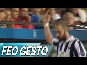 Higuain pokazał fanom środkowy palec