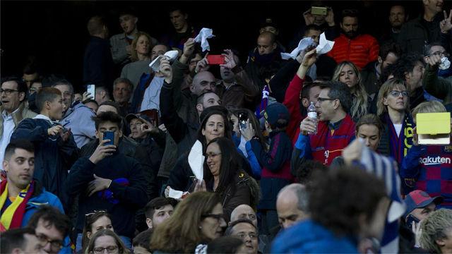 Białe chusteczki na Camp Nou